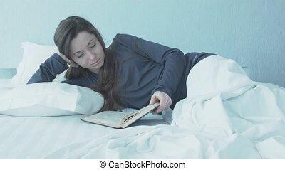 beau, étire, flips, bed., lit, par, regarde, récupérations directes, girl, pyjamas, dehors, bleu, jeune, lit, fenêtre, blanc, alors, femme, haut., livre, couch., elle-même, matin