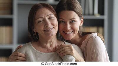 beau, étreindre, appareil photo, fille, plus vieux, maman,...