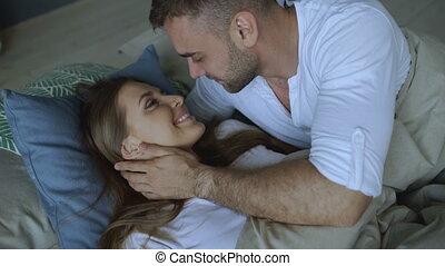 beau, étreinte, épouse, couple, jeune, lit, haut, sien, sillage, séduisant, baiser, aimer, morning., homme