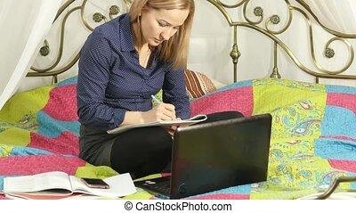 beau, étudiant, travailler, elle, laptop., ligne éducation, dans, maison