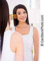 beau, être, femme, maquillage, jeune, devez, regarder, tout, quoique, perfect., miroir, sourire