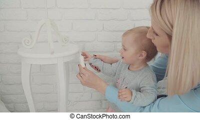 beau, 1, peu, lent, girl, motion., séjour, enfantqui commence à marcher, lampe, année, bébé, table, mother., old., étape importante, enfance, heureux