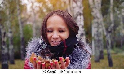 beau, 1920x1080., élevé, femme, coloré, délassant, lancement, outdoor., parc, bras haut, automne, slowmotion., forêt, feuillage, girl, air, feuilles, bonheur