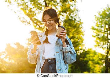 beau, adolescent, gai, café, mobile, utilisation, parc, jeune, marche, sourire, téléphone., étudiant, dehors, vert, boire, girl, heureux