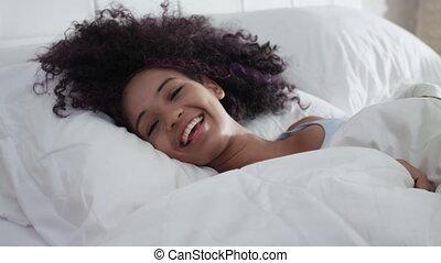 beau, adolescent, lent, haut, réveiller, mouvement, hispanique, sourire heureux