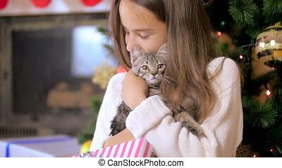beau, adolescente, chandail, sous, arbre, gris, étreindre, tricoté, chaton, noël blanc