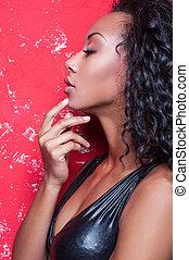 beau, afro-américain, mode, faire, jeune, contre, haut, charme, femme, poser, model., fond, coiffure, rouges