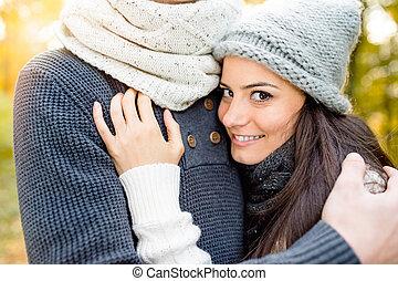 beau, amour, couple, ensoleillé, jeune, hugging., automne, nature.