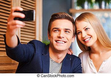 beau, amour, couple, jeune, foyer., téléphone, quoique, autre, intelligent, chaque, aimer, confection, café, selfie, liaison, homme