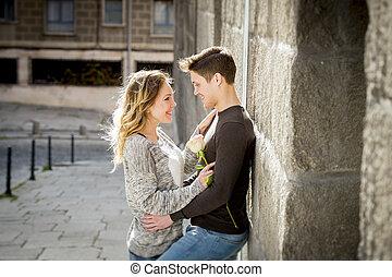 beau, amour, couple, valentines, ruelle, célébrer, rue, baisers, jour