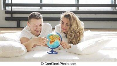 beau, amour, pointage, couple, aléatoire, il, lit, travel., regarder, rotation, endroit, choisir, globe