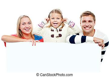 beau, annonce, famille, jeune, derrière, planche, vide, blanc