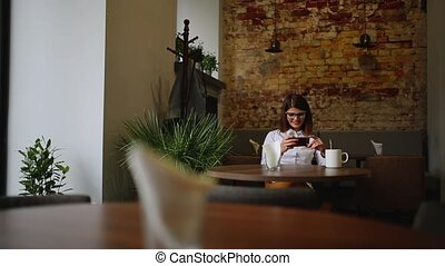 beau, app, femelle asiatique, fille souriant, jeune, désinvolte, cafe., caucasien, café, smartphone, téléphone, téléphone., utilisation, boire, mobile, multiculturel, course, mélangé, professionnel, model.