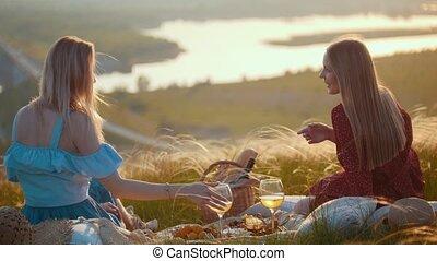 beau, apprécier, pique-nique, séance, -, deux, champ, femmes, coucher soleil, rivière, avoir, vue
