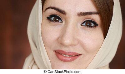 beau, arabe, gros plan, femme, musulman, jeune regarder, appareil-photo., portrait, girl, hijab., sourire