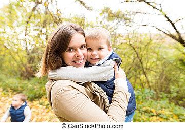 beau, automne, elle, jeune, forest., fils, mère