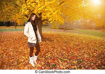 beau, automne, femme, jeune, park.