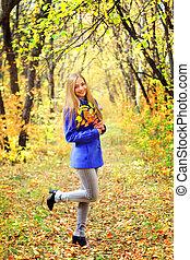 beau, automne, girl, forêt, portrait