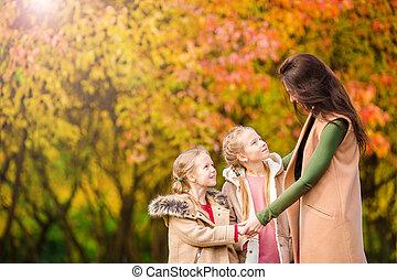 beau, automne, peu, gosses, famille, ensoleillé, mère, parc, day., dehors, diminuez jour, heureux