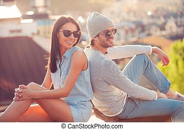 beau, bâtiment, séance, couple, jeune, toit, dos, ensemble., temps, sourire, apprécier