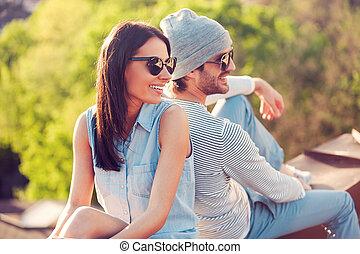beau, bâtiment, séance, couple, jeune, toit, dos, roof., date, sourire