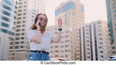 beau, bâtiments, femme parler, jeune, téléphone, fond