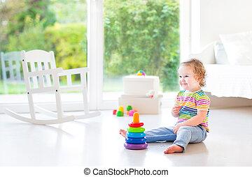beau, b, salle, jouer, blanc, enfantqui commence à marcher, adorable, girl