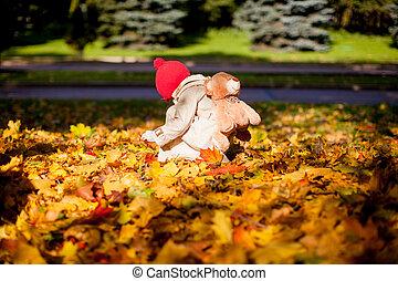 beau, backpack-bear, peu, ensoleillé, forêt automne, promenades, girl, adorable, jour