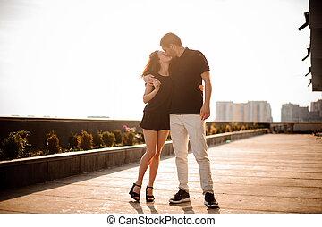 beau, baisers, coucher soleil couples, jeune