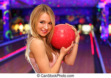 beau, balle, blond, stands, club, étreint, bowling, fille souriant, rouges