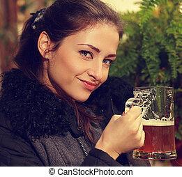 beau, bière blonde, femme, beer., grande tasse, closeup, tenue, portrait, sourire