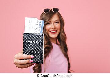 beau, billets, femme, projection, passeport, sur, isolé, désinvolte, rose, appareil photo, joyeux, fond, air, habillement, image