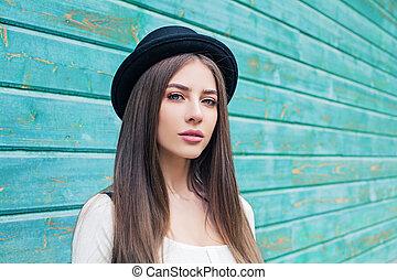 beau, bleu, femme, bois, jeune, arrière-plan noir, chapeau