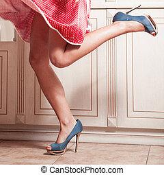 beau, bleu, femme, chaussures, élevé, rouges, jambes, robe, ...