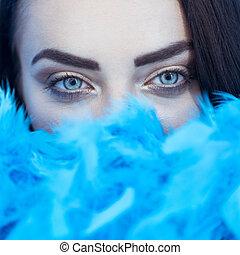 beau, bleu, femme, mur, appareil photo, sur, regarder, brunette, closeup, fond, boa, sourire, plume