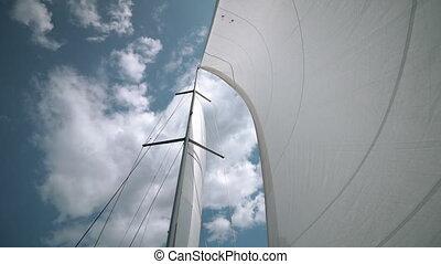 beau, bleu, gros plan, nuages, ciel, yacht, contre, eau, par, vent, va, coups, voiles, toile de fond