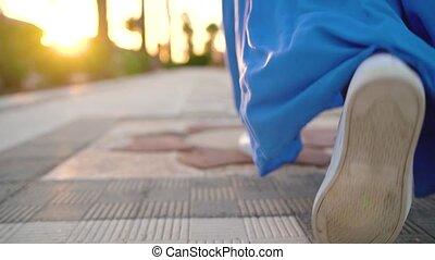 beau, bleu, marche, femme, avenue., dos, mouvement, lent, paume, vue., jambes, robe, long