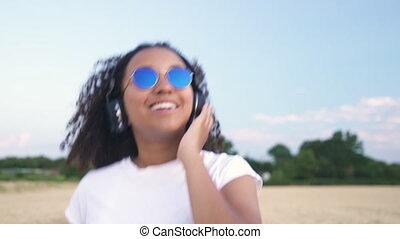 beau, bleu, marche, femme, lunettes soleil, t-shirt,...