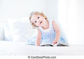 beau, bleu, peu, cheveux bouclés, re, girl, enfantqui commence à marcher, robe