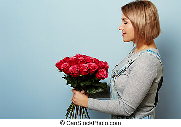 beau, bleu, roses, bouquet, femmes, arrière-plan., tenant mains, salopette, girl, rouges