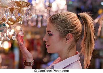 beau, blonds, femme, dans, lampe, magasin