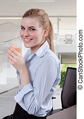 beau, blonds, jeune, femme affaires, dans, bureau, à, café