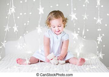 beau, bouclé, doux, cheveux, girl, enfantqui commence à marcher, robe, blanc, pl