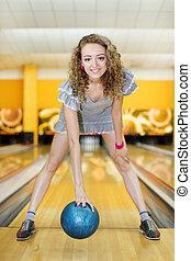 beau, boule bleue, stands, club, tient, jeune, courber, bowling, girl