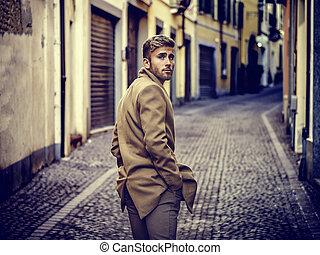 beau, branché, jeune homme, dans, ville européenne