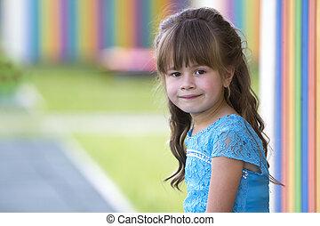 beau, brouillé, cheveux, clair, blonds, portrait, fille souriant, robe bleue, peu, beauté, mode, concept., long, arrière-plan., appareil photo, yeux, coloré, innocence, gris, enfance