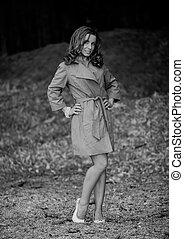beau, brun, femme, bâtiment, raincoat., jeune, contre, toile de fond
