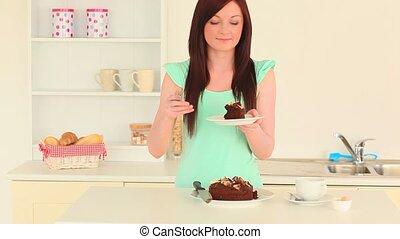 beau, brunette, gâteau mangeant