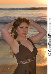 beau, brunette, poser, plage, à, coucher soleil