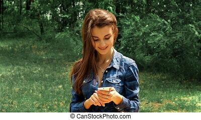 beau, brunette, regard, séance, téléphone, rue